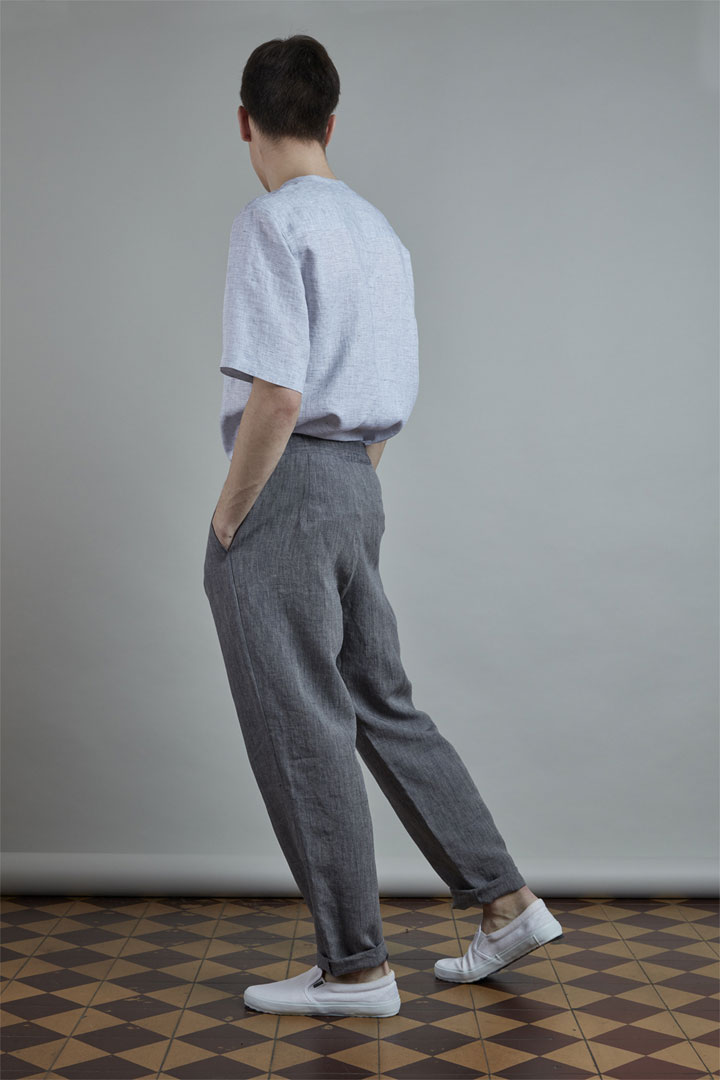 SISTERSCONSPIRACY — pánské tmavě šedé lněné kalhoty — světle modrá lněná košile s krátkými rukávy a knoflíky na hrudi — kolekce LEN