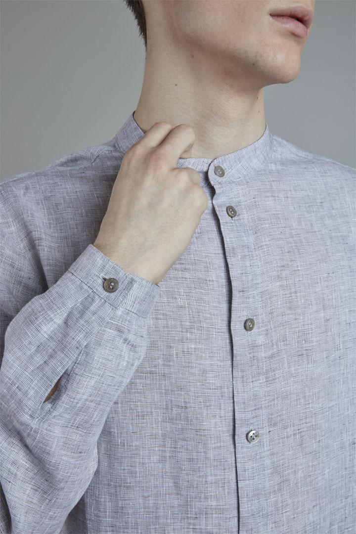 SISTERSCONSPIRACY — lněná košile s dlouhými rukávy — šedá — pánská — detail — kolekce LEN
