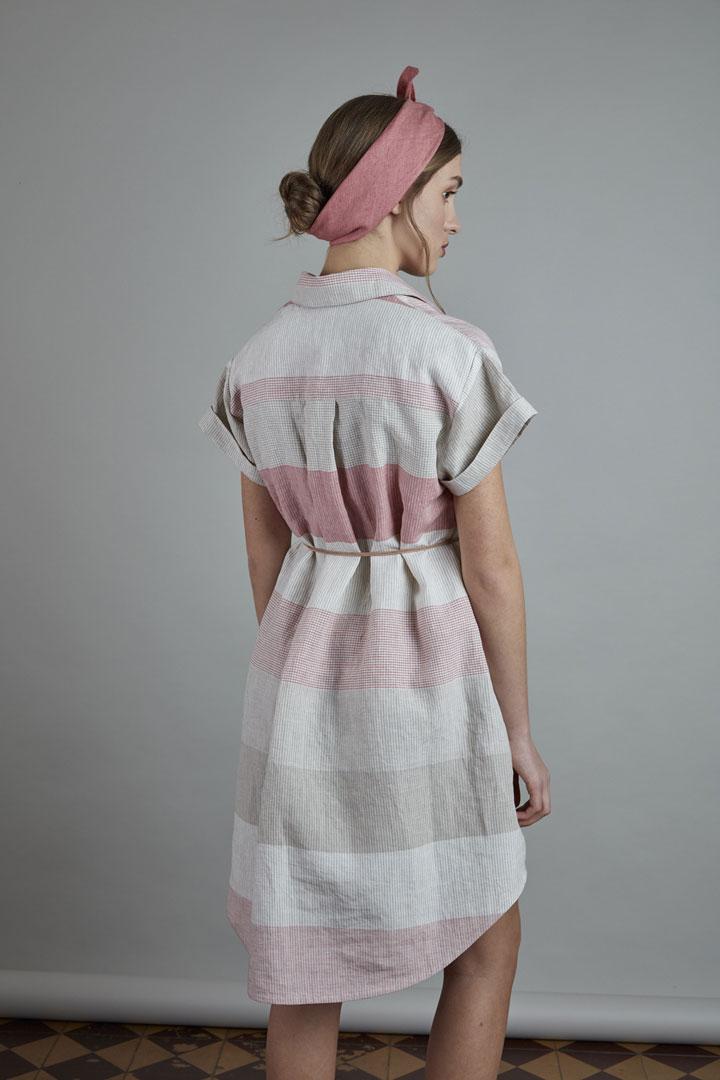 SISTERSCONSPIRACY — letní lněné šaty s horizontálními pruhy, krátkými rukávy, límečkem a kapsičkou — růžové, přírodní — kolekce LEN