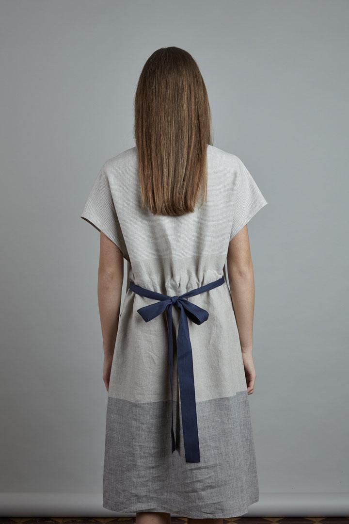 SISTERSCONSPIRACY — lněné letní šaty s mašlí v pase a s krátkými rukávy — dvoubarevné, šedé — kolekce LEN
