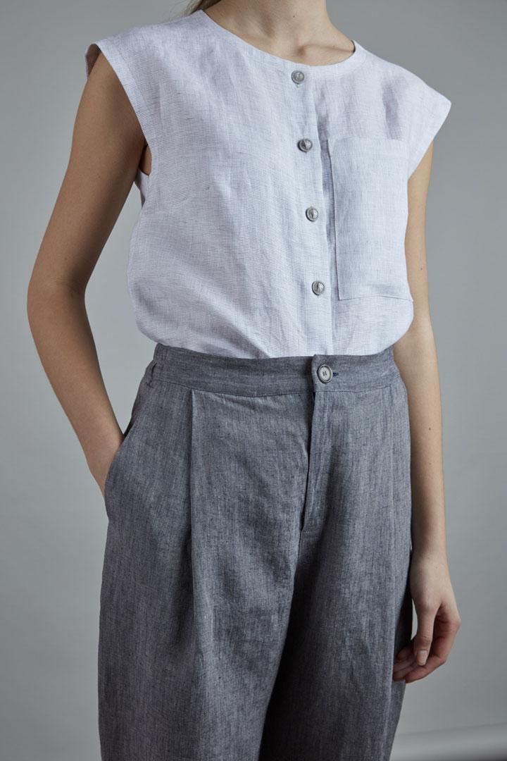 SISTERSCONSPIRACY — lněné tílko bez rukávů s knoflíčky a kapsičkou — široké lněné dámské kalhoty šedé barvy — kolekce LEN