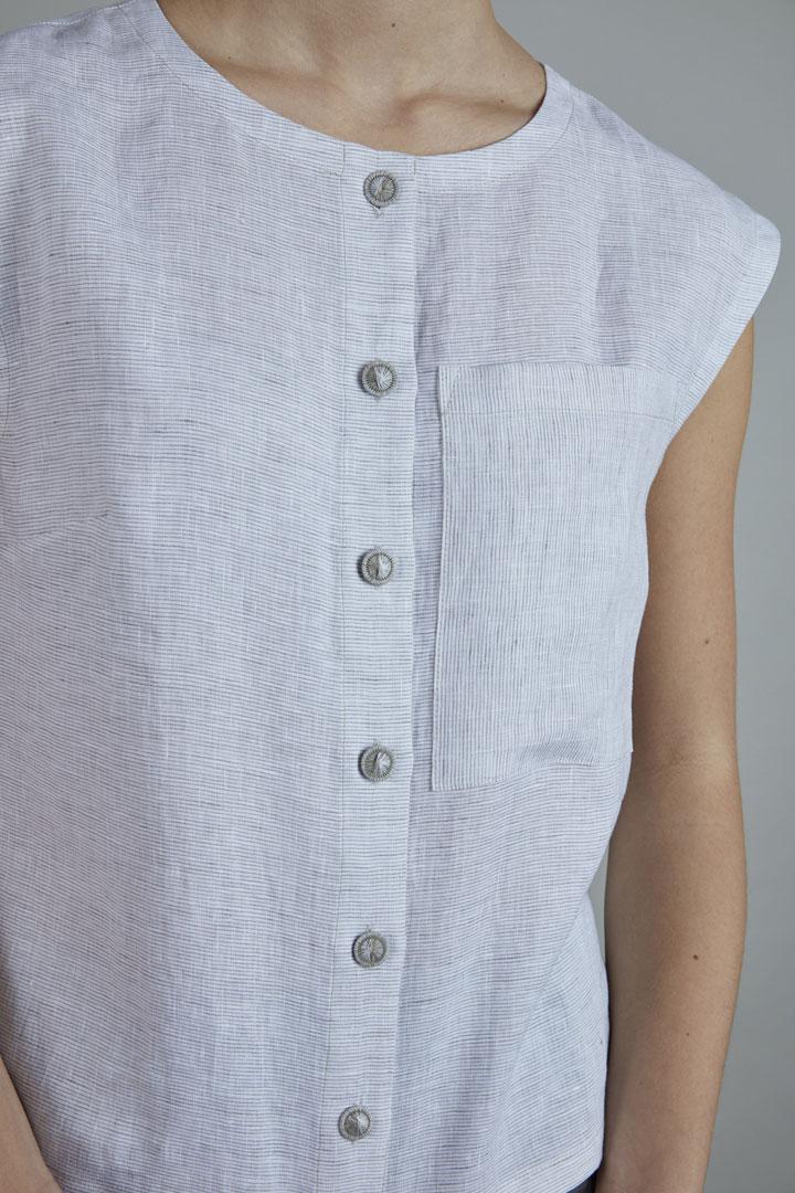 SISTERSCONSPIRACY — lněné tílko bez rukávů s knoflíčky a kapsičkou — kolekce LEN