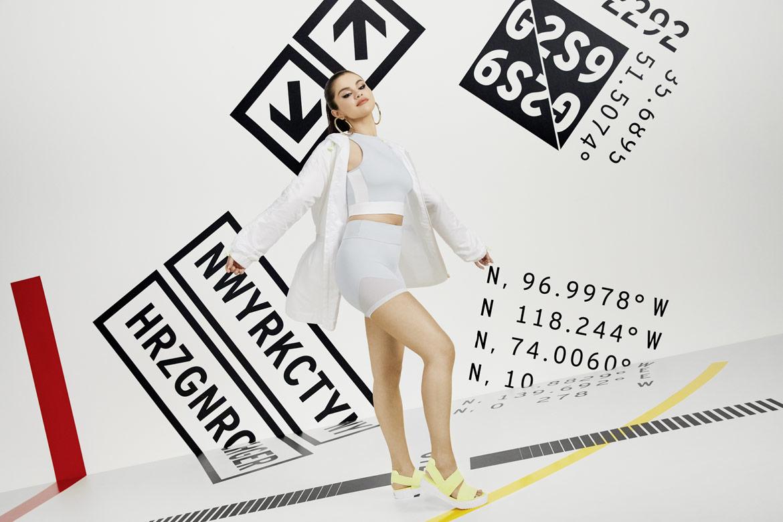 Puma Cali Sandal x Selena Gomez — žluté sándály na platformě — modrý crop tank — šedé šortky — bílá bunda s kapucí