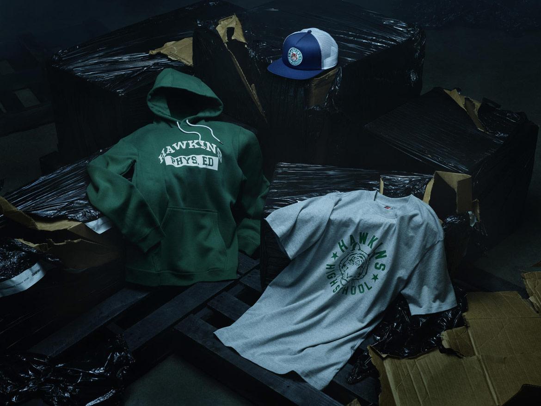 Nike Stranger Things — zelená mikina s kapucí s potiskem — šedé tričko s potiskem — modrobílá snapback kšiltovka