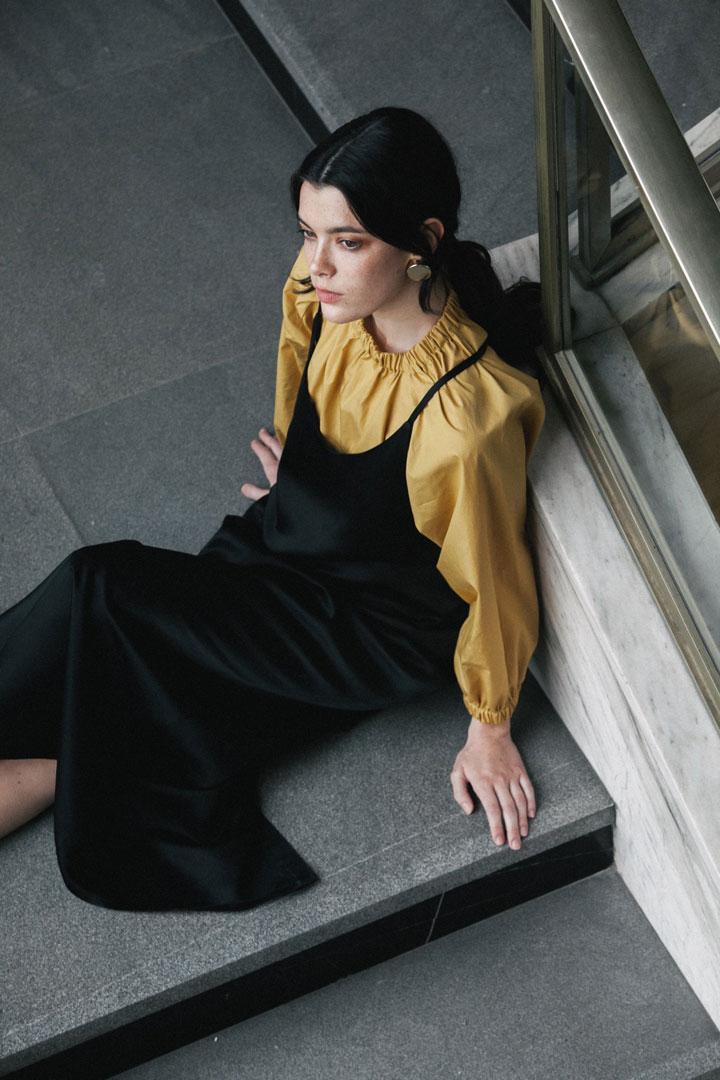 Dámské černé volné šaty s ramínky — hořčicový top — Freshlabels