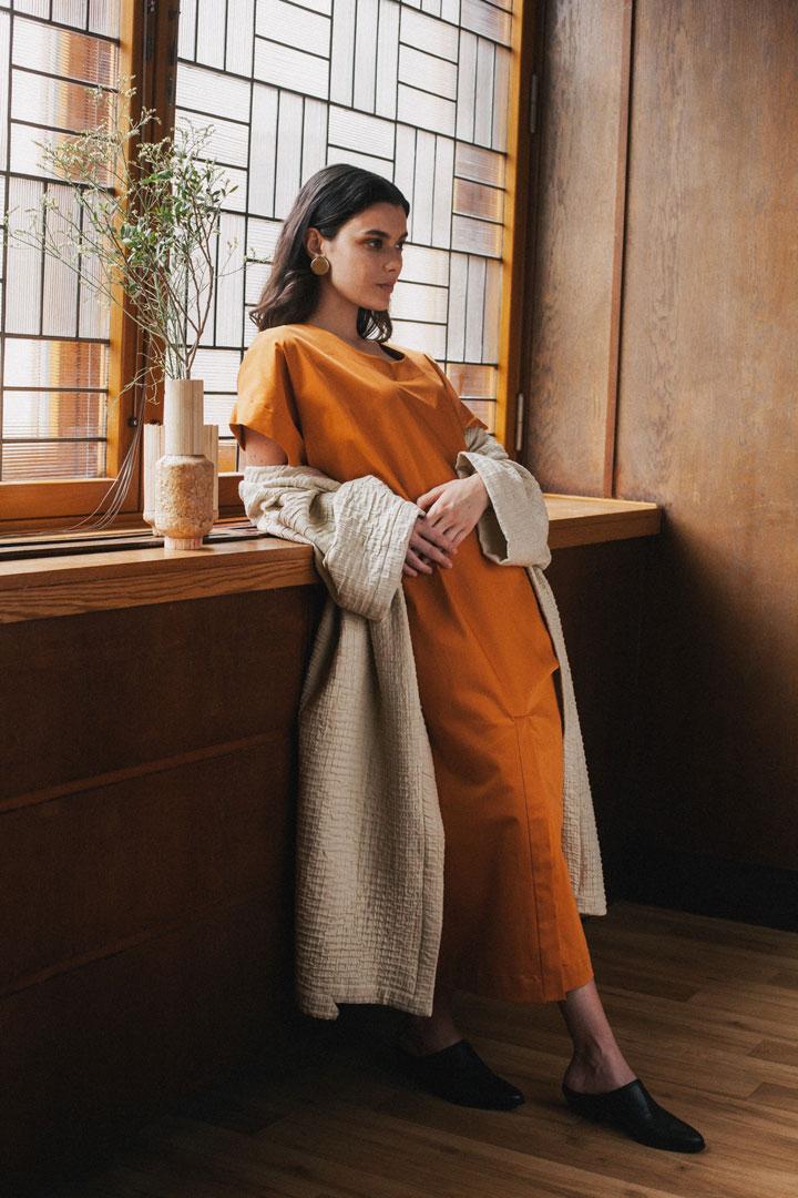 Dámské hořčicové volné šaty s krátkými rukávy — dámské bílé kimono — Freshlabels