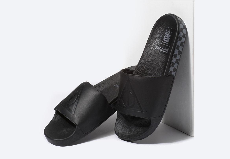 Vans x Harry Potter™ Slide-On Deathly Hallows — pantofle, nazouváky — černé — pánské, dámské