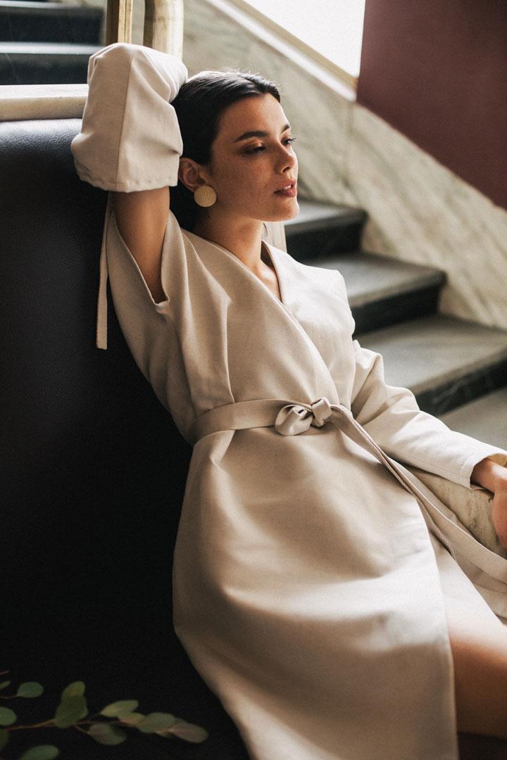 Dámské šaty s páskem v pase a odepínatelnými rukávy — bílé — Freshlabels