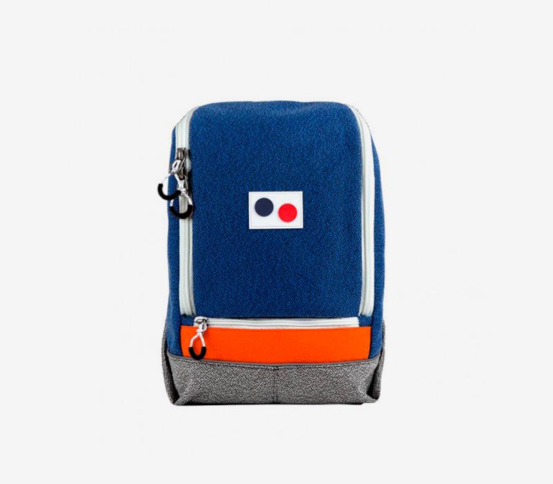 PINQPONQ — plátěný batoh z PET lahví — modrý — Okay Maxi