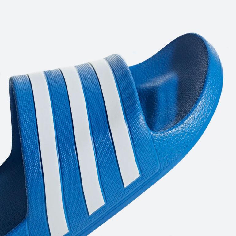 adidas Originals Adilette Aqua — pantofle — nazouváky — modré — dámské, pánské — slides — detail pásku, stélky